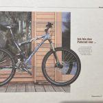 Eine Harfenistin in einer Fahrrad-Zeitschrift